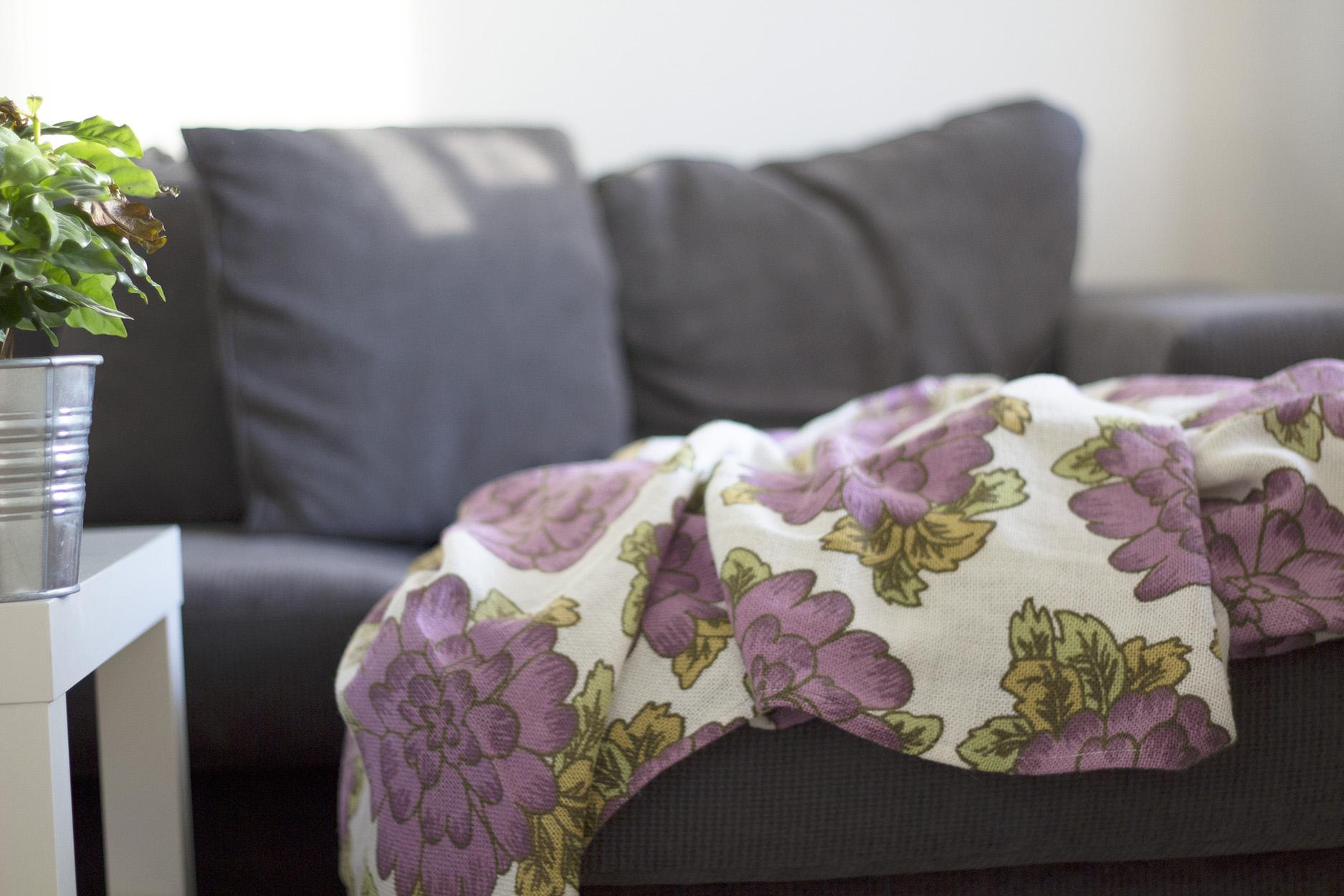 Dyykattu kangas sohvalla