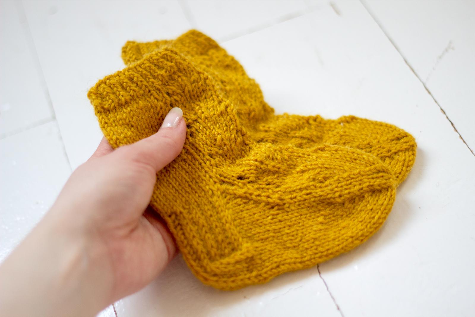 Okranväriset vauvan sukat